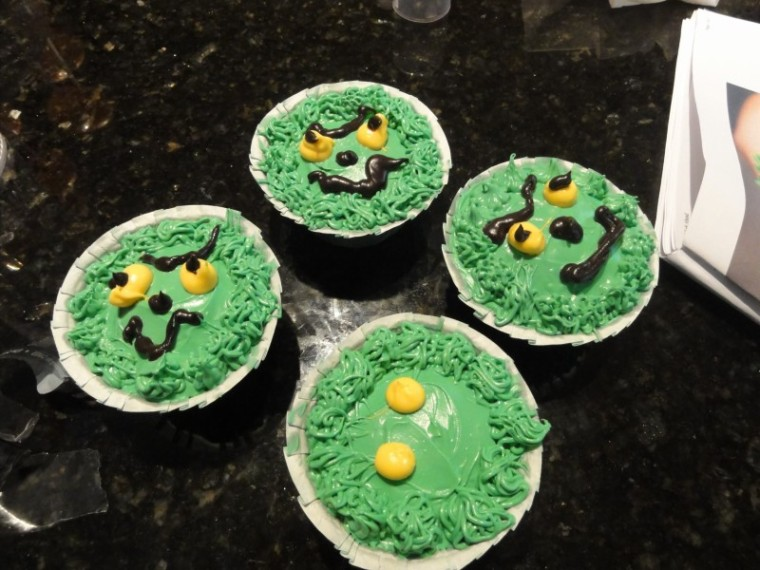 Grinch cupcakes step 7
